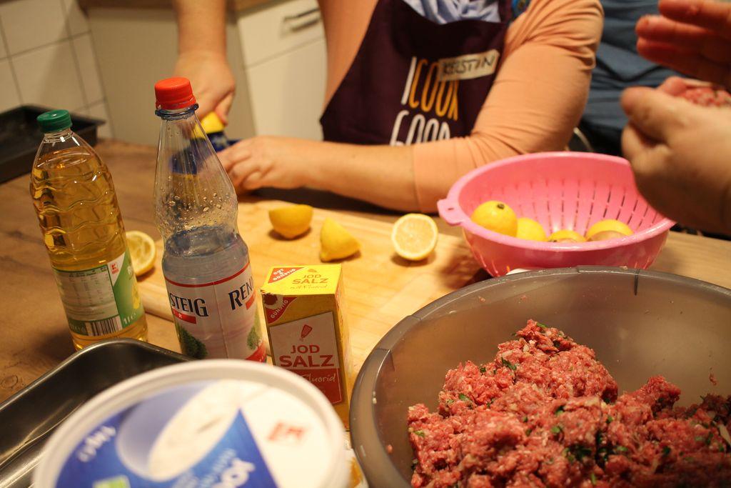 Zitronen schneiden zur Vorbereitung des Hackfleisches für die Hackfleischbällchen