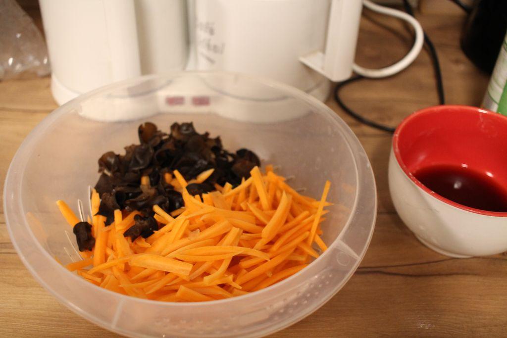 Vorbereitung ist alles - Möhren und Pilze geschnitten in einer kleinen Schüssel.
