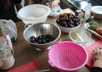 Auf dem Tisch stehen die Zutaten für den Pflaumenkuchen