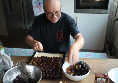 Vorbereitungen zum Pflaumenkuchen backen